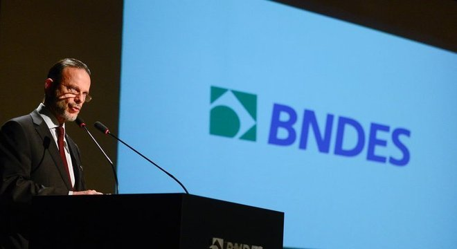 O ex-presidente do BNDES, Luciano Coutinho, discursa durante posse de Maria Silvia Bastos Marques, que dirigiu o banco de junho de 2016 a maio de 2017