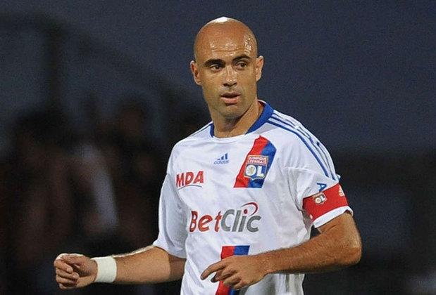 O ex-zagueiro Cris é outro jogador que teve grande identificação com o Lyon. Defendeu o clube entre 2004 e 2012. Ganhou quatro vezes o título francês e por duas vezes deu a volta olímpica na Copa da França e na Supercopa da França.