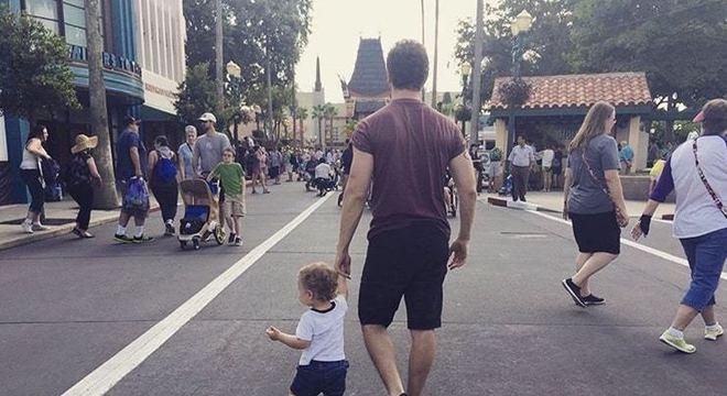 O filho de Sandy, o pequeno Theo, com o pai Lucas Limas