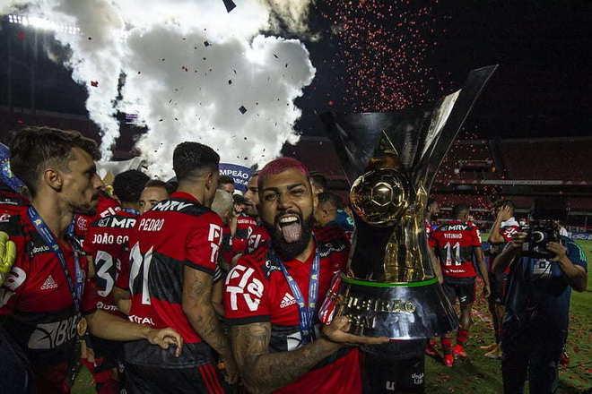 O Flamengo conquistou o Brasileirão 2020 e encostou no Palmeiras no ranking de clubes com mais títulos nacionais. Contabilizando todas as competições nacionais de elite, o Rubro-Negro agora tem só uma taça a menos que o Alviverde. Veja o ranking dos campeões nacionais e a lista de títulos conquistados. Vale lembrar que a CBF, em 2010, deu peso de Brasileirão aos títulos da Taça Brasil e do Torneio Roberto Gomes Pedrosa