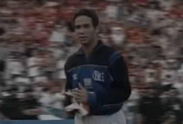 O Flamengo ficou com um jogador a menos, após a expulsão de Clemer, no jogo contra o Gama no Brasileirão de 1999. O atacante Caio Ribeiro, hoje comentarista, foi para baixo das traves e conseguiu segurar o empate.