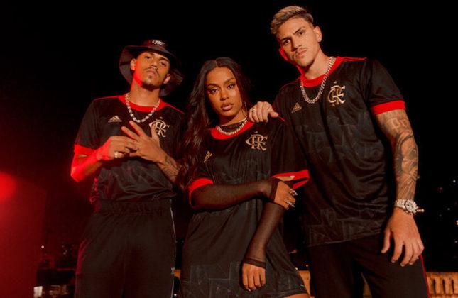 O Flamengo lançou, na última terça-feira (24), seu novo uniforme 3, assinado pela Adidas. A camisa homenageia os 40 anos do Mundial de Clubes conquistado pelo Flamengo em 1981, no Japão. O uniforme é predominantemente preto, com detalhes em vermelho e dourado, e desenhos no centro e na parte traseira. Veja fotos com detalhes da nova camisa!