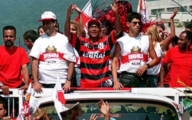 O Flamengo não poupou esforços na busca por fazer bonito nos seus 100 anos de fundação. Herói do tetracampeonato mundial pela Seleção Brasileira, o melhor jogador do mundo foi repatriado para ostentar a camisa 11 do Rubro-Negro, e chegou com direito a desfile em carro aberto em janeiro de 1995.