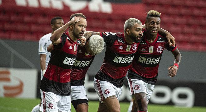 O Flamengo venceu o Palmeiras e viu suas chances de título crescerem bastante com esse triunfo. O LANCE! montou uma galeria atualizada com as chances de cada clube - conforme a tabela no momento - de título, vaga para a Libertadores (G6) e rebaixamento. Os dados são do Departamento de Matemática da Universidade Federal de Minas Gerais (UFMG).