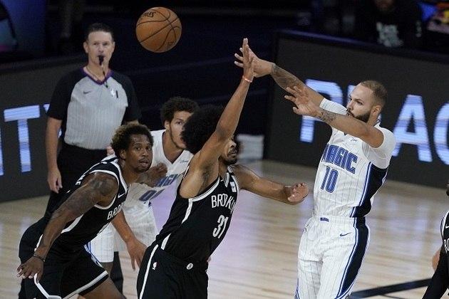 O francês Evan Fournier (Orlando Magic) foi o cestinha de sua equipe na vitória sobre o Brooklyn Nets por 128 a 118, com 24 pontos. Fournier ainda distribuiu cinco passes decisivos e converteu três cestas de três. Em sua melhor temporada da carreira, o atleta possui médias de 18.8 pontos e 3.2 assistências