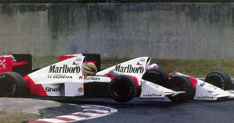 O francês fechou a porta para o brasileiro na reta final da corrida. Prost abandonou, mas garantiu o tricampeonato ao ver Senna desclassificado por cortar a chicane e voltar para a corrida