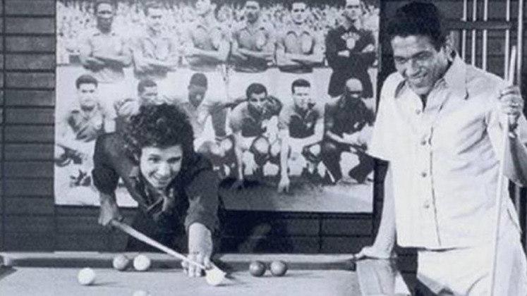 O futebol faz parte de todo o especial, que tem participações luxuosíssimas. GARRINCHA disputou uma partida de sinuca com o cantor. Os grandes momentos do eterno camisa 7 na Seleção Brasileira também foram recordados.