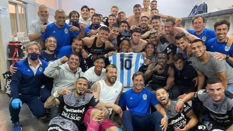 O Gimnasia y Esgrima, último clube de Maradona como técnico, enfrentou o Vélez, no sábado, e também prestou um tributo ao ídolo argentino. Os jogadores do Gimnasia também foram a campo com uma camisa da seleção da Argentina com o desenho de Diego.