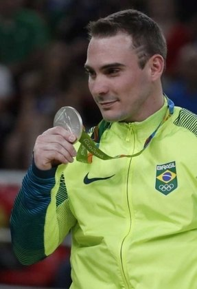 O ginasta Arthur Zanetti, medalha de ouro nos Jogos de Londres, em 2012, nas argolas, ficou com a prata na mesma prova da edição do Rio de Janeiro, em 2016.