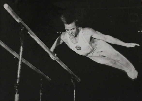 O ginasta Viktor Chukarin, da antiga União Soviética, colecionou 11 medalhas olímpicas em duas edições: 1952, em Helsinque, e 1956, em Melbourne.  Delas, sete foram de ouro e três de prata.