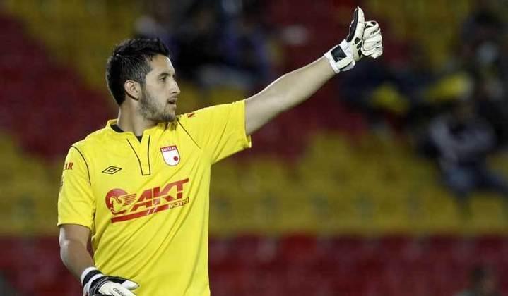 O goleiro colombiano Camilo Vargas fez um gol de cabeça pelo Santa Fé, nos últimos minutos da partida contra o Millonarios, pelo Campeonato Colombiano de 2011.