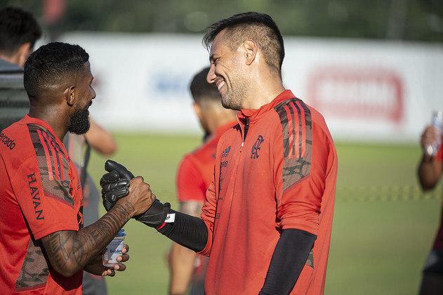 O goleiro Diego Alves ri no momento que cumprimenta Rodinei em um dos campos do Ninho do Urubu.