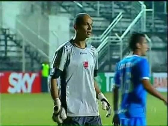 O goleiro Fernando Leal marcou de cabeça para o Oeste contra o Avaí, em partida válida pela Série B de 2013.