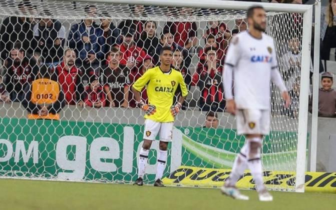 O goleiro Magrão saiu lesionado do duelo entre Sport e Athletico-PR, pelo Brasileirão de 2018. O meia Gabriel assumiu as redes do time pernambucano, que foi goleado por 4 a 0.