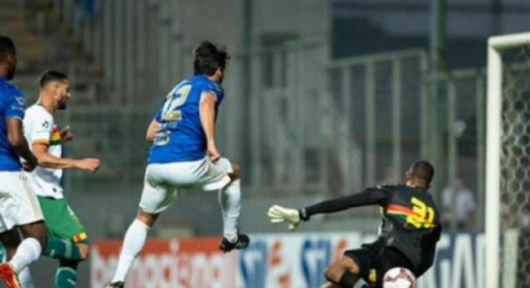 O goleiro Mota, do Sampaio, foi um dos nomes do jogo, evitando algumas chances de gol da Raposa