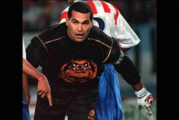 O goleiro paraguaio Chilavert se aposentou com a camisa do Peñarol, em 2003, mas no ano seguinte voltou aos campos para defender o Vélez Sarsfield