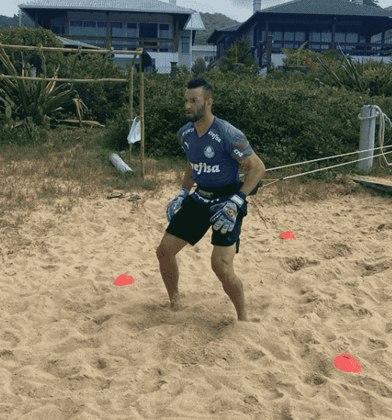 O goleiro Weverton foi um dos mais ativos no Instagram em relação aos treinos. Postou várias fotos e stories com seu cotidiano de atividades, seja em casa, na areia ou no quintal