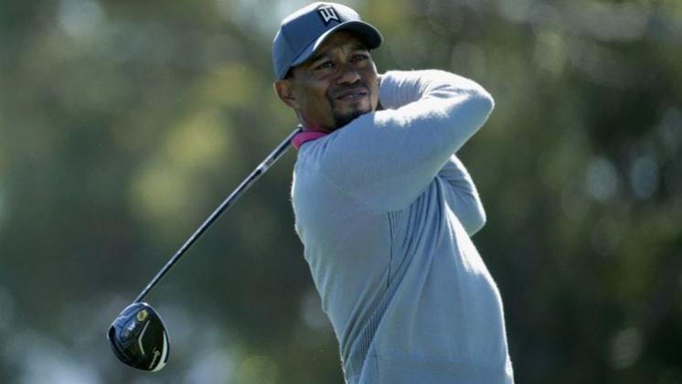 O golfista americano Tiger Woods está na oitava posição do ranking dos esportistas mais bem pagos, faturando aproximadamente R$ 339,3 mi, entre patrocínios e premiações.