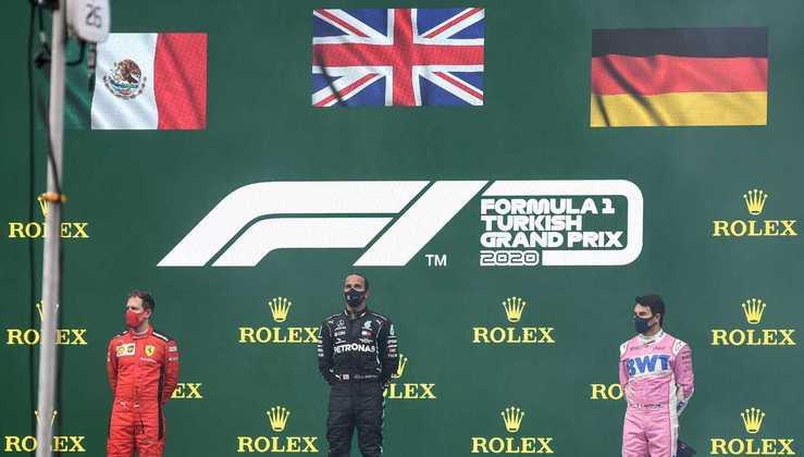 O GP da Turquia teve um pódio incomum, com as bandeiras trocadas para Sebastian Vettel e Sergio Pérez. Relembre outras aleatoriedades no evento:  (Por GRANDE PRÊMIO)