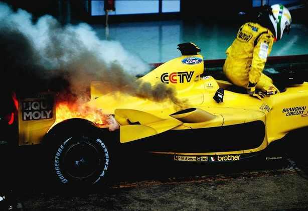 O GP do Brasil de 2003 teve uma grande confusão: por conta de uma bandeira vermelha, a vitória foi dada a Kimi Räikkönen quando deveria ser de Giancarlo Fisichella - que ainda teve sua Jordan pegando fogo