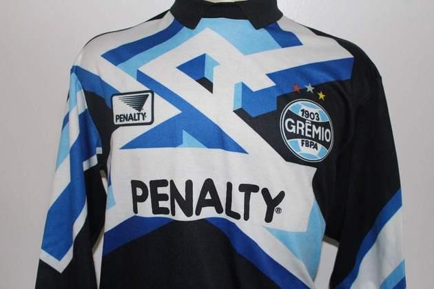 O Grêmio também teve camisa marcantes. Essa utilizada na década de 90, serviu como base para o uniforme de goleiro desta temporada, lançado pela Umbro