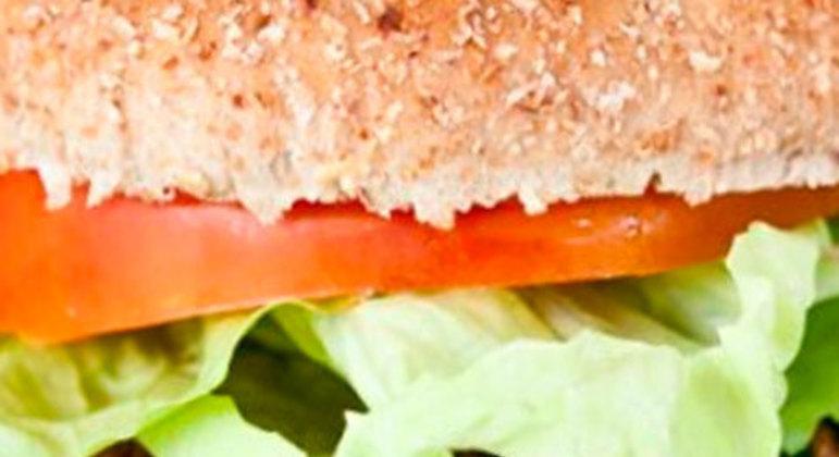 O Hambúrguer Funcional tem ingredientes mais saudáveis. A carne é magra, como o patinho. Linhaça e chia também fazem parte dele. Ele foi desenvolvido pelo site