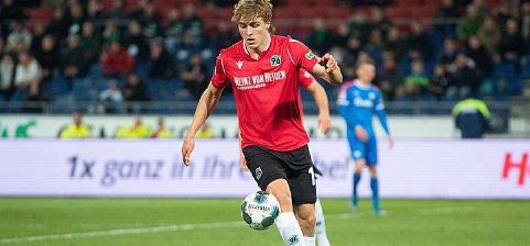 O Hannover, da segunda divisão alemã, anunciou nesta quarta que o zagueiro Timo Hübers teve a infecção pelo Coronavírus confirmada. Ele não teve contato com companheiros de equipe.