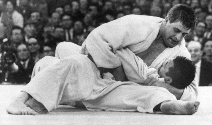 O holandês Anton Geesink foi o único atleta não japonês a levar um ouro no judô nos Jogos de 1964. Em categoria sem limite de peso, ele derrotou na final o judoca local  Akio Kaminaga.