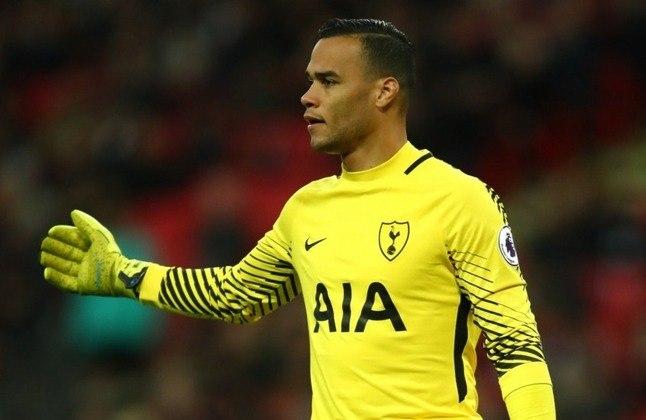 O holandês Vorm, que passou pelo Tottenham, está sem equipe desde que deixou a equipe inglesa em julho desta temporada. Seu valor de mercado é de 700 mil euros (cerca de 4,6 milhões de reais), segundo o Transfermarkt.