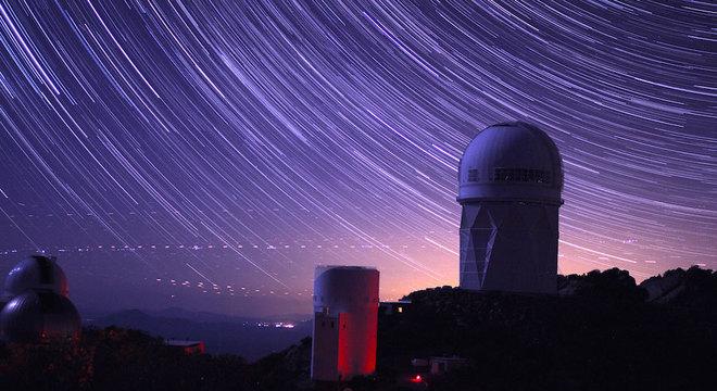 O Instrumento Espectroscópico de Energia Escura (Desi, na sigla em inglês) está localizado na cúpula do telescópio Mayall, no Kitt Peak Observatory, no Arizona (EUA)