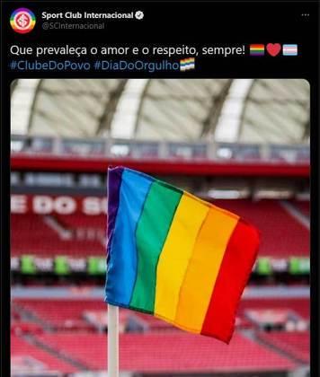 O Internacional também preparou uma homenagem à data dentro de campo, substituindo as bandeiras de escanteio do Beira Rio, casa do Colorado, por bandeiras LGBTQIA+. Em suas redes sociais, o clube pediu para que o amor e o respeito prevalecerem.