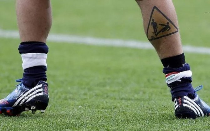 O italiano Daniele De Rossi, conhecido por seu estilo aguerrido, tatuou uma arte de dois bonecos e um deles dando um carrinho, algo que ele costumava fazer dentro de campo...