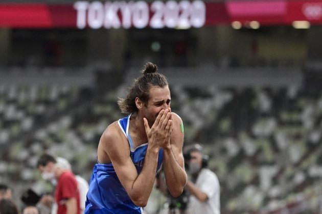 O italiano Gianmarco Tamberi conquistou a medalha de ouro no salto em altura masculino. O saltador empatou com Mutaz Essa Barshim, do Catar, e dividirá o lugar mais alto do pódio, dado que os dois optaram por não continuar a disputa. A marca foi de 2,37m.