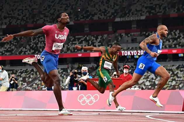 O italiano Lamont Marcell Jacobs é o novo homem mais rápido do mundo. O velocista da Itália surpreendeu, desbancou os favoritos, terminou a prova em 9.80s e conquistou a medalha de ouro da prova mais rápida do atletismo. O americano Fred Kerley (9.84s) ficou com a prata e o canadense Andre De Grasse (9.89s) completou o pódio, com bronze.