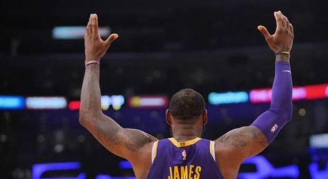 O jogador conseguiu chegar a marca durante a vitória do Lakers sobre os Mavericks, no último domingo (29)