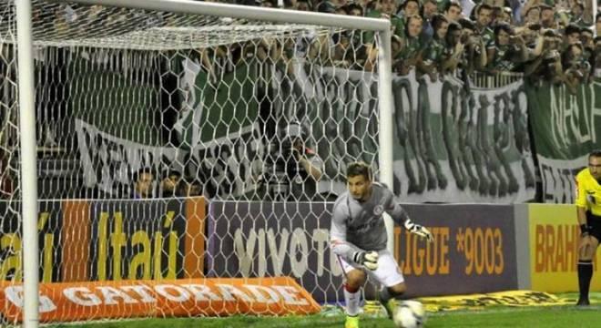 O jogo já estava 4 a 0 para a Chapecoense contra o Internacional, quando Dida cometeu pênalti e foi expulso. Sem poder fazer mais substituições, Rafael Moura foi o goleiro col