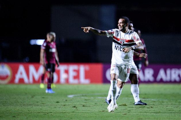 O jogo, porém, teve grande atuação de Daniel Alves. Jogando no meio de campo, o camisa 10 marcou um gol e deu duas assistências, uma delas para o que parecia ser o gol da classificação, já aos 45 minutos do segundo tempo.