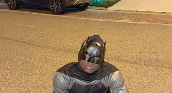 O jovem atacante Lincoln usou o traje do herói Batman.