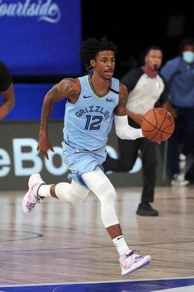 O jovem Ja Morant (Memphis Grizzlies) tentou de tudo, mas não conseguiu superar o San Antonio Spurs neste domingo. O armador, favorito ao prêmio de calouro do ano, obteve 25 pontos, nove rebotes e nove assistências na derrota por 108 a 106. Com o resultado, o Spurs pulou para a nona posição e a diferença caiu para 2.5 jogos