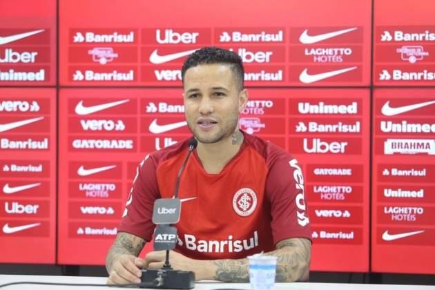 O lateral-direito Bruno tem passagens por diversos clubes brasileiros, como São Paulo, Internacional e Fluminense. Ele está sem clube desde o começo deste ano. Segundo o Transfermarkt, seu valor é de 550 mil euros (cerca de 3,6 milhões de reais).