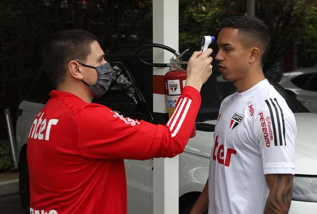 O lateral-direito Igor Vinícius medindo a temperatura antes de começar os trabalhos.