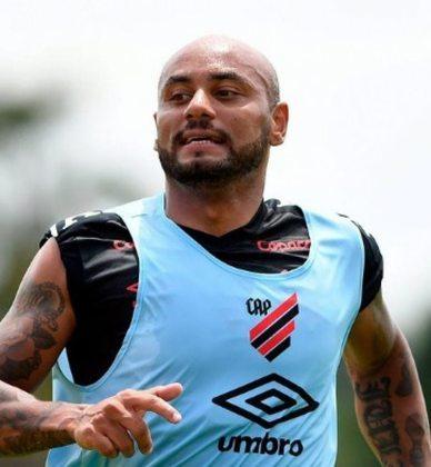O lateral-direito Jonathan, de 34 anos, deixou o Athletico-PR após quatro temporadas. O clube optou por não renovar o contrato do atleta e ele está livre no mercado