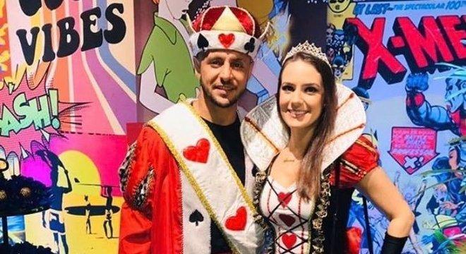 O lateral-direito Rafinha foi vestido de Rei de Copas, enquanto sua esposa foi a Rainha.
