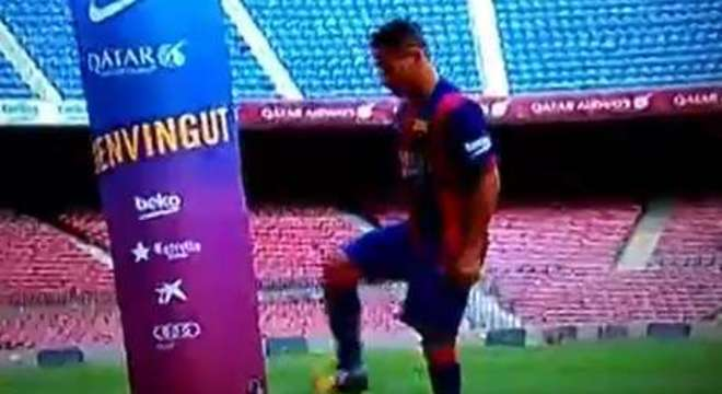 O lateral Douglas foi apresentado no Barcelona no Camp Nou, mas sua apresentação não foi das melhores. O ex-São Paulo errou a embaixadinha costumeira nas chegadas e foi motivo de risos dos torcedores
