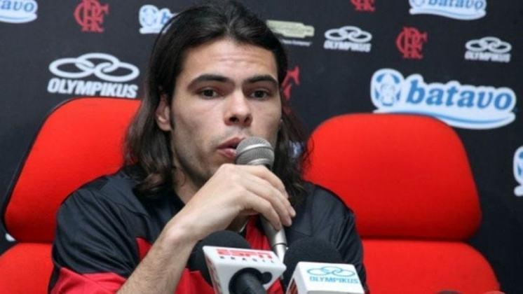 O lateral-esquerdo Rodrigo Alvim foi contratado pelo Flamengo em 2010, jogou 27 partidas - em nove começou no banco de reservas - e fez dois gols. Saiu sem deixar saudades na torcida.