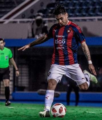 O lateral-esquerdo Santiago Arzamendia tem 22 anos e atua no Cerro Porteño, do Paraguai, clube pelo qual foi revelado.