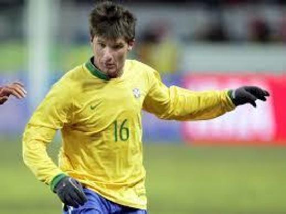 O lateral Gustavo Nery se aposentou em 2010, quando jogava pelo Santo André. Entretanto, voltou atrás e em 2012 anunciou seu acerto com o São Bernardo e se aposentou após uma temporada