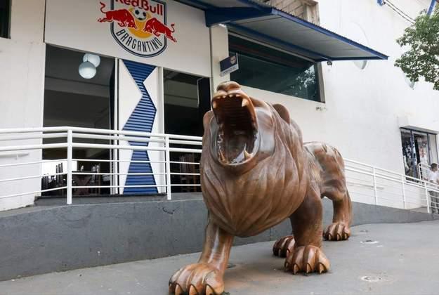 O leão, feito de madeira, contrasta com o novo escudo do Bragantino após a parceria com a Red Bull.