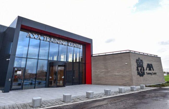 O Liverpool inaugurou na última semana o seu novo centro de treinamentos. O AXA Training Centre, CT nomeado pela companhia de seguros AXA, tem 9,2 mil m² e fica localizado na cidade de Kirkby, a meia hora de carro de Liverpool. A obra durou 722 dias (quase dois anos) e custou R$ 358 milhões ao clube. O time profissional e o sub-23 vão utilizar o espaço. Veja fotos do CT!
