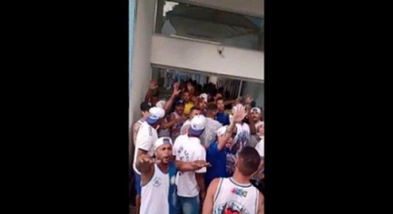 O local de treinos do Cruzeiro foi alvo da ira de um grupo de torcedores que protestavam contra o clube